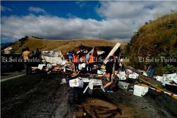 Embiste tráiler a camioneta en la Puebla- Orizaba