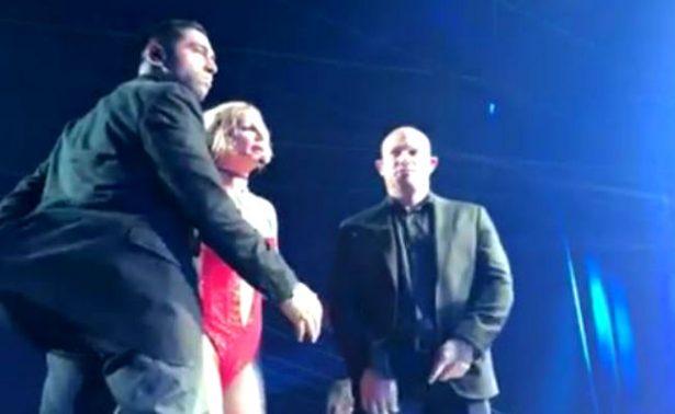 [Video] Hombre armado irrumpe concierto de Britney Spears