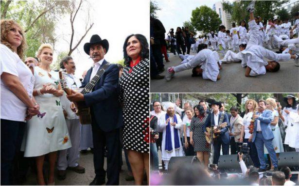 Sorprende exintegrante de Los Tigres del Norte en flashmob a favor de implementar yoga en escuelas