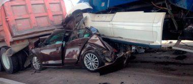 Tráiler aplasta dos autos en la autopista México-Puebla