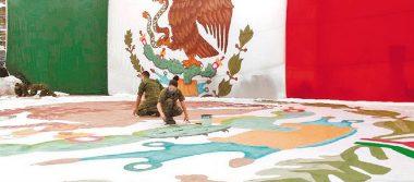 Banderas monumentales conmemoran a la patria
