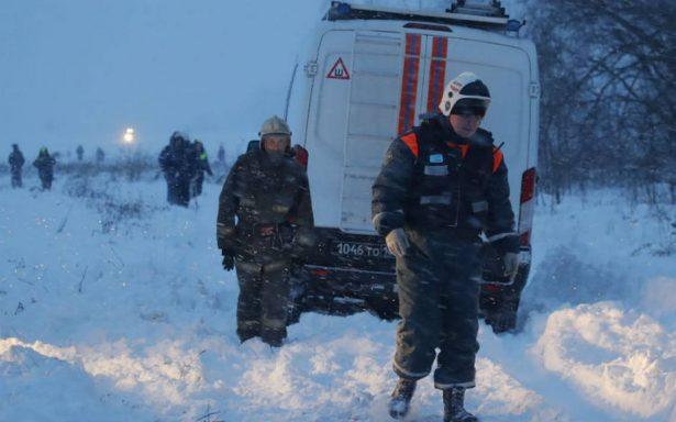 Avión ruso con 71 personas a bordo se estrella en las afueras de Moscú