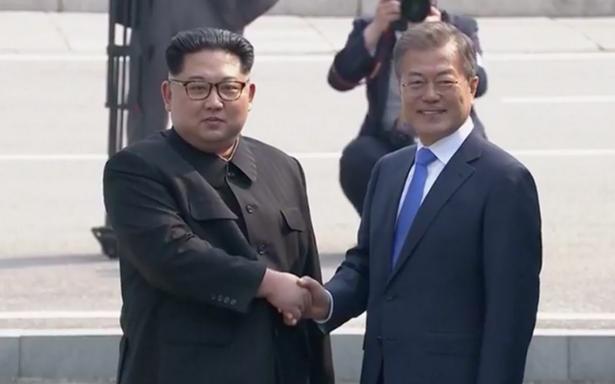 """Kim Jong-un escribe """"una nueva historia"""" tras estrechar mano de su homólogo Moon Jae-in"""