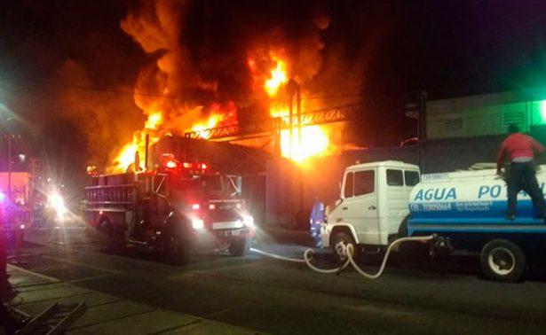 Se incendia planta industrial de Santiago Tianguistenco