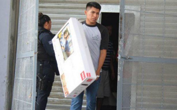 [VIDEO] Les respetan el precio y se llevan televisiones a 4 pesos en Ciudad Juárez