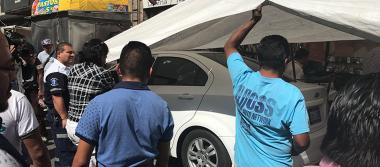 Auto se impacta contra puestos ambulantes en Balderas
