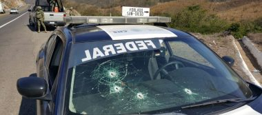 Elementos federales se enfrentan contra civiles en la autopista