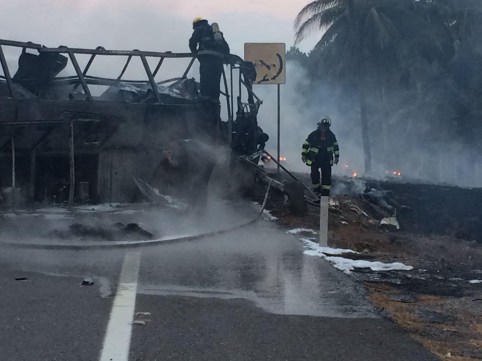 Mueren calcinadas 24 personas, en choque entre pipa y camión