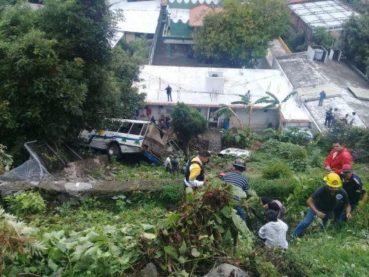 Dos muertos y 24 lesionados al volcar un microbús