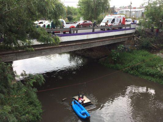 Vehículo compacto cae al Río Grande