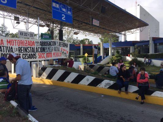 CNTE toma casetas de peaje; exigen pagos
