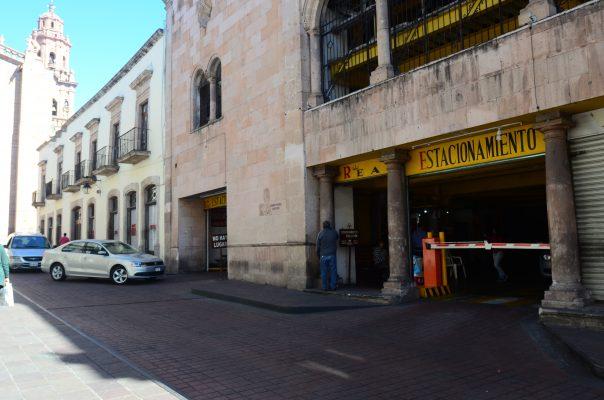 Estacionamientos siguen operando en la ilegalidad