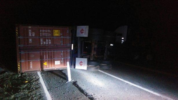 Cerrada la autopista Siglo XXI por volcadura de un contenedor