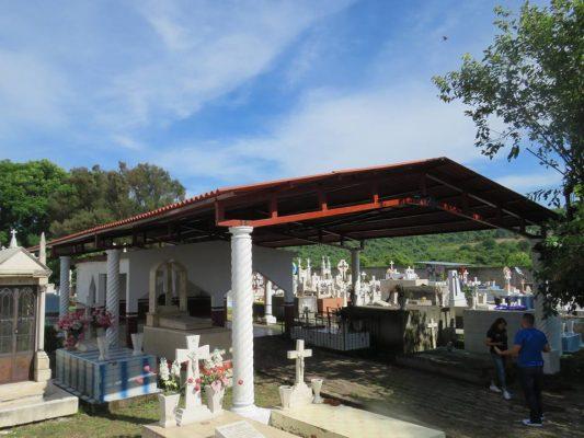 """Inauguran techumbre en el """"descanso"""" del Panteón Municipal de Panindícuaro"""