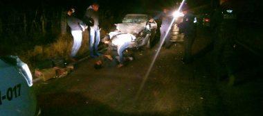 Vehículo impacta una camioneta y deja prensada a una persona