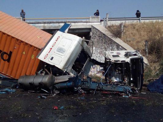 Vuelca tracto camión en la autopista de Occidente