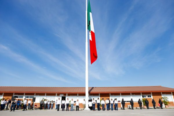 Encabeza Gobernador izamiento de Bandera Nacional