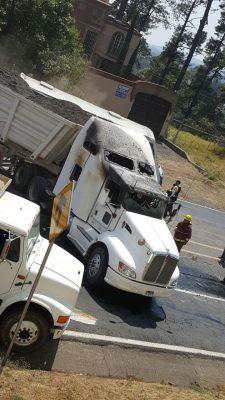Presunta célula criminal bloquea carreteras en Apatzingán