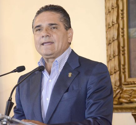 Entrega gobernador Silvano Aureoles lentes a estudiantes