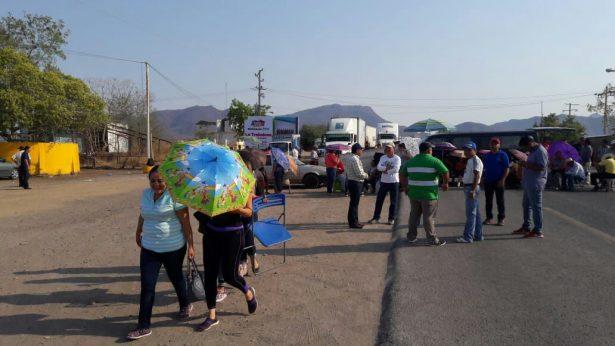 Centistas toman casetas de cobro y bloquean carretera