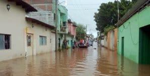 Viviendas afectadas al desbordarse un río en Tiquicheo
