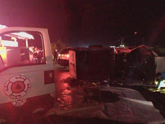 Choque-volcadura de dos camionetas; 2 muertos y 8 lesionados
