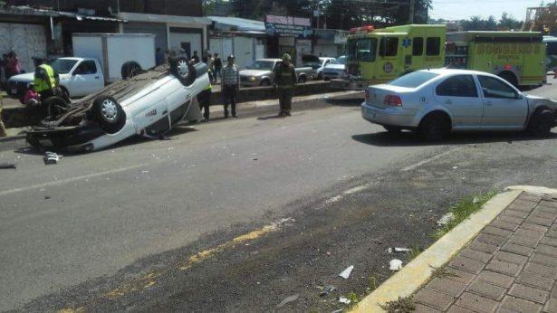 Vuelca taxi en la salida a Quiroga