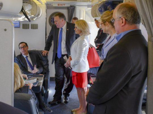 Altos funcionarios estadounidenses salen del aeropuerto de la capital
