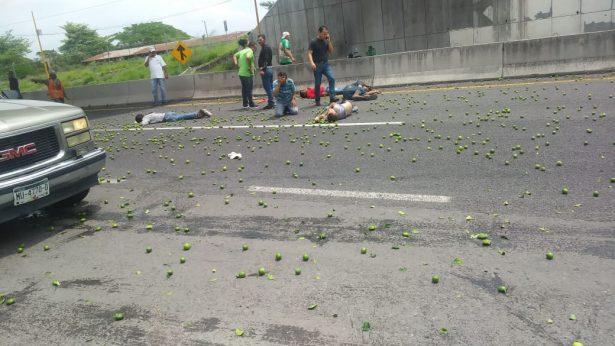 Vuelca camión de limoneros; dos muertos y 9 heridos