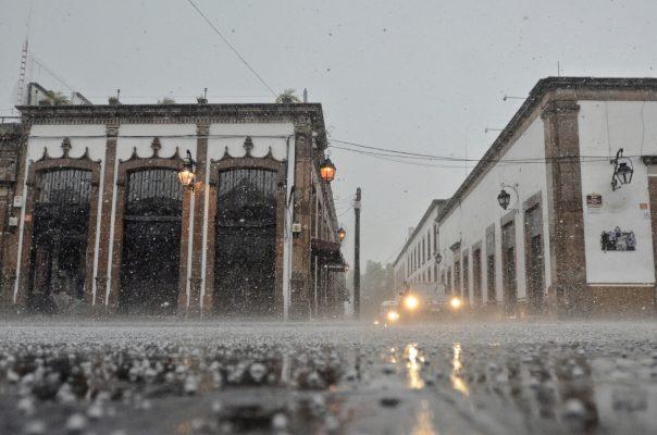 Cae fuerte lluvia en Morelia