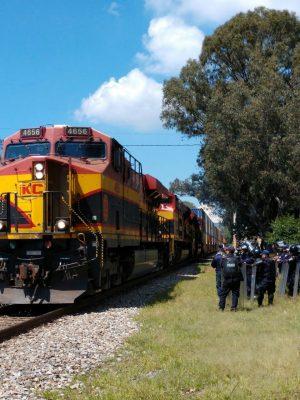 Normalistas bloquean las vías férreas a la altura de Tiripetío