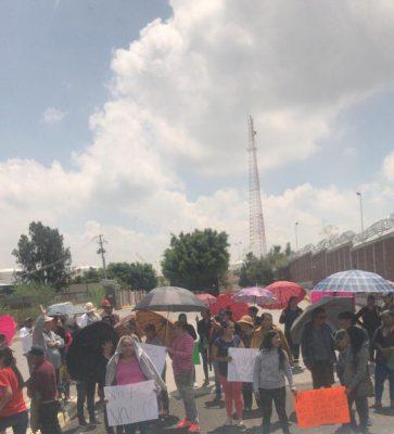Comuneros se manifiestan en la Terminal de Reparto de Pemex, en Tarímbaro