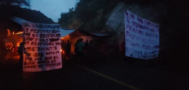 Comuneros bloquean la carretera costera Lázaro Cárdenas-Colima