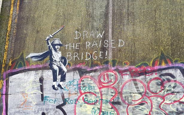 Vandalizan mural de Banksy pero se salva gracias a un limpiaventanas