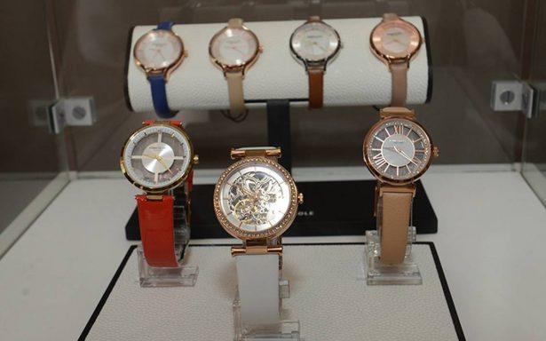 Presentan relojes para dama y caballero de una firma relojera neoyorikina