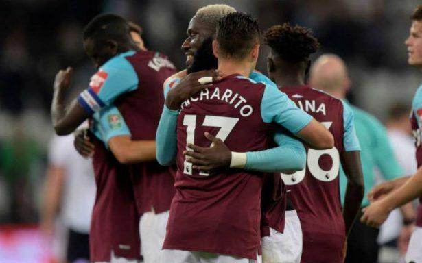 West Ham United con 'Chicharito' Hernández, gana y se aleja del descenso