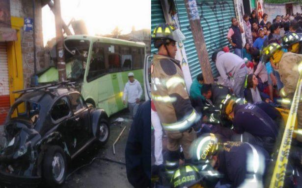Camión de transporte público se queda sin frenos y sufre aparatoso choque; hay 34 heridos
