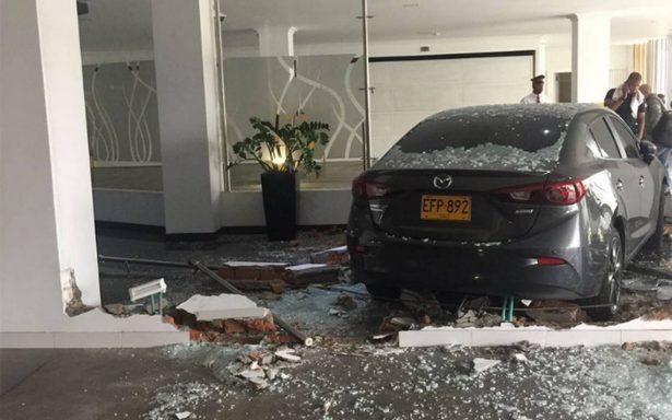 Mujer descubre infidelidad y estrella su auto en motel donde estaba su esposo