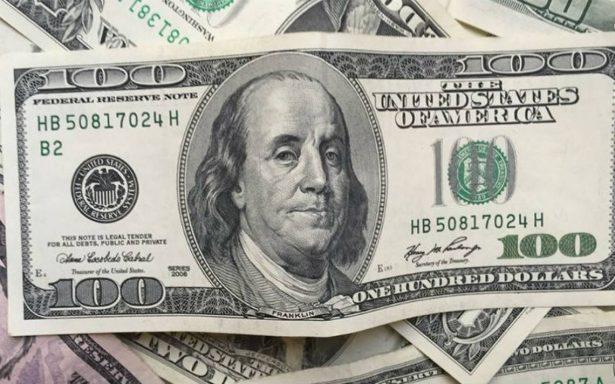 Dólar inicia la semana en 19.00 pesos en terminal del AICM