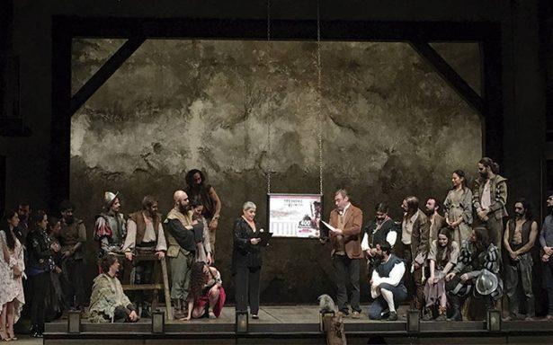 Lupita D'Alessio devela placa por 400 representaciones de El Hombre de la Mancha