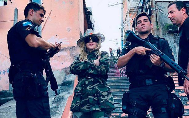 Madonna posa desafiante en peligrosa favela en Río de Janeiro