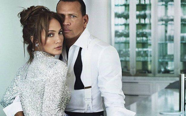 Novio de Jennifer Lopez le alza la falda y causa polémica en redes