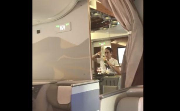Azafata recicla champaña para pasajeros de un vuelo que costó 400 mil pesos