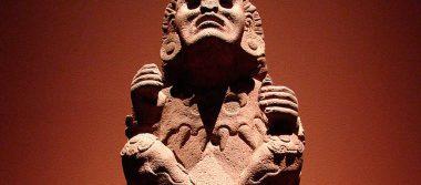 Rojo, blanco y ocre, colores encontrados en escultura de Dios Xochipilli