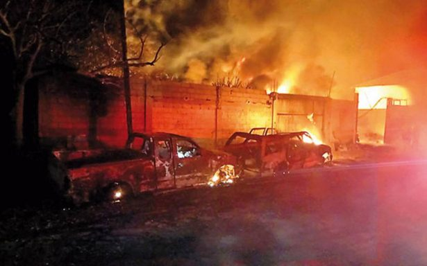 Afectados al menos 10 vehículos por explosión en taller en Xalapa