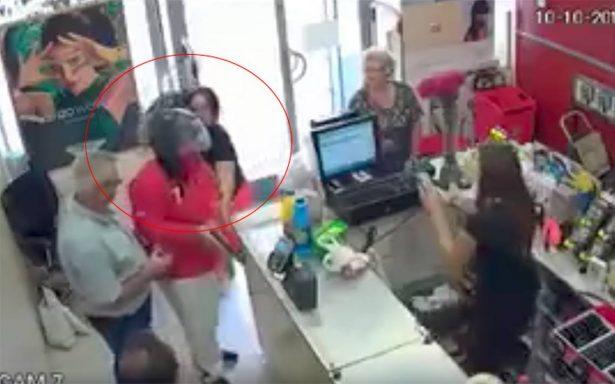 Mujer frustra asalto: golpea a ladrón con su bolsa y lo desarma