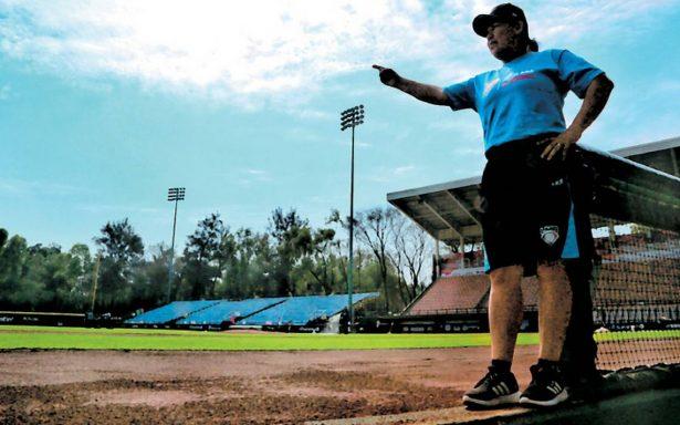 Luz Alicia Gordoa la primera mujer que trabaja como ampáyer en un juego oficial de la Liga Mexicana de Beisbol