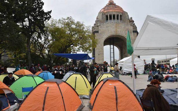 Campesinos instalan campamento en el Monumento a la Revolución