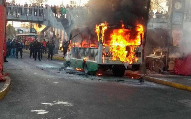 Se incendia microbús en paradero del Metro Tasqueña