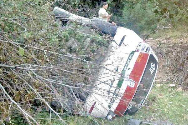 Resultado de imagen para Un taxi de Nogales volcó en las Cumbres de Maltrata